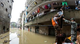 今年7月2日,洪水进入广西桂林街头资料图片