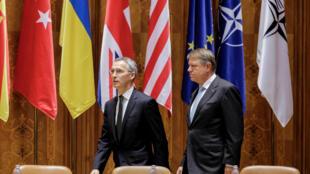 Генсекретарь НАТО Йенс Столтенберг (слева) и президент Румынии Клаус Йоханнис на 63-й Парламентской ассамблее НАТО в Бухаресте, 9 октября 2017.