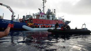 Migrantes são vistos em um bote durante resgate feito pela tripulação do barco salva-vidas da missão Lifeline no Mar Mediterrâneo em 21 de junho de 2018.