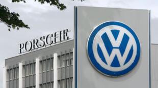 Les groupes automobiles allemands Volkswagen et Porsche.