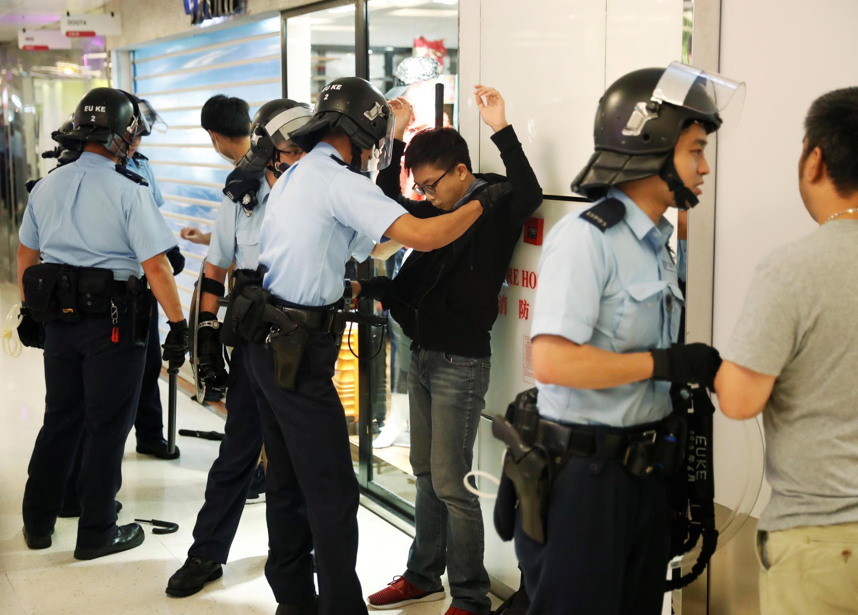 Cảnh sát Hồng Kông bị cáo buộc hành hung người biểu tình.