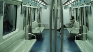 武漢肺炎中國肆虐,26日,北京地鐵空蕩蕩,有一位戴着口罩的女乘客。