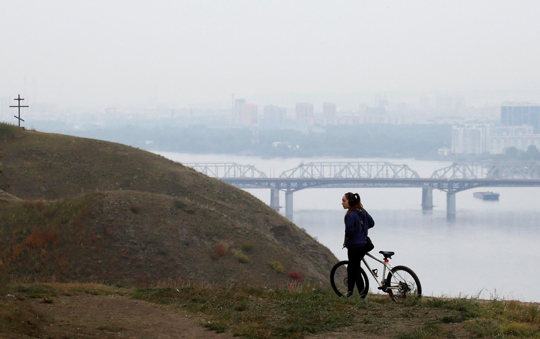 Вид на покрытый дымкой от лесных пожаров Красноярск