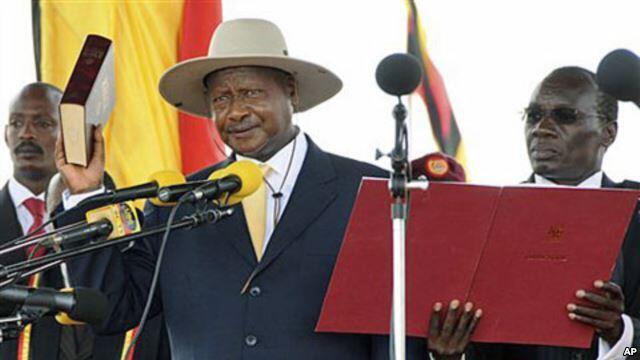 Rais Yoweri Museveni akiapishwa mwaka 2011