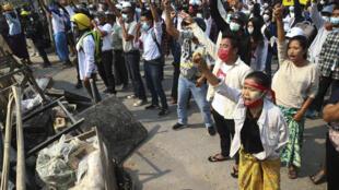 O domingo 28 de fevereiro foi marcado por protestos pela democracia em diversas cidades birmanesas. Com o aumento da violência policial, os manifestantes têm feito barricadas para se proteger.