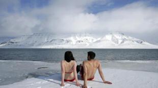 Fin avril 2007: bain de soleil sur les rives d'un fjord du Spitzberg. Le dégel de l'Arctique à lieu de plus en plus tôt dans l'année. A quand les plages au pôle Nord?