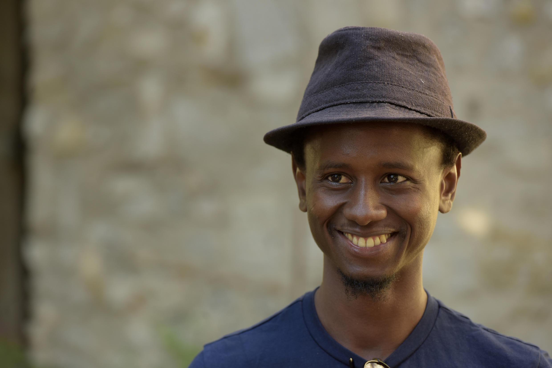 L'auteur Hakim Bah, lors de la lecture de sa pièce «Convulsions» dans «Ça va, ça va le monde !» 2017.