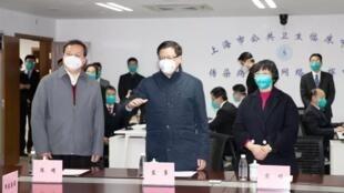 上海公共衛生臨床中心實驗室發表全球首個武漢病毒基因排序後,翌日即遭當局下令關閉。圖為1月29日時任上海市長的應勇(中立者)視察該中心。