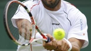 Alejandro Falla devuelve una pelota durante su épico partido contra Roger Federer.