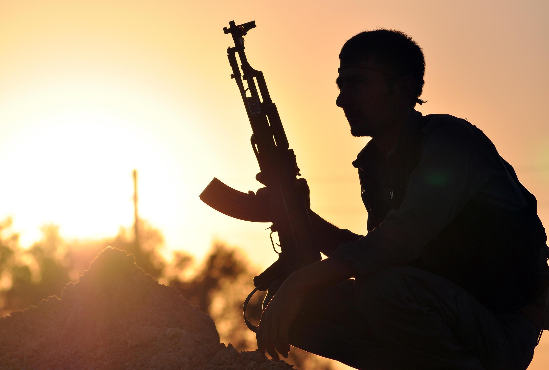 Un combattant kurde, membre de l'unité de protection des populations dans  la ville d'Ain Issi, au nord de Raqqa.