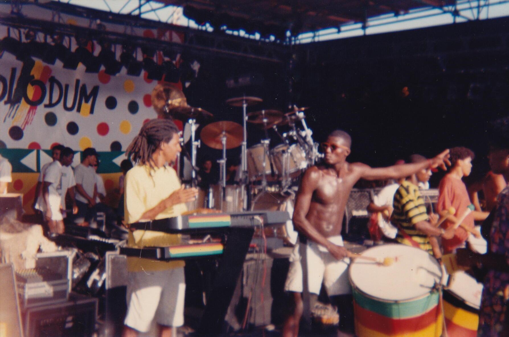 """Douglas não se considera um cantor, se coloca como servidor """"porque tenho que interpretar a mensagem que recebi e mandar. Meu bisavô foi escravo, meu avô sanfoneiro, meu pai tinha um grupo de samba, meu tio é compositor, fundador da escola de samba de Belo Horizonte, e eu só estou dando continuidade a essa história"""""""
