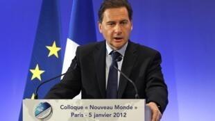 Ministro francês da Indústria e da Energia Eric Besson durante abertura do colóquio Novo Mundo.