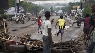 Des manifestants maliens ont érigé des barricades pour bloquer la circuation sur le pont des Martyrs à Bamako.