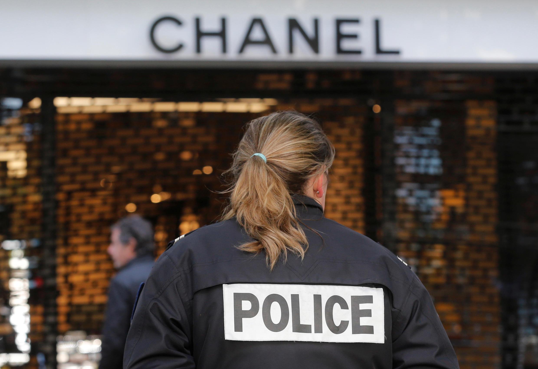 Офицер полиции напротив бутика Chanel, ограбленного 28 апреля 2016 года.