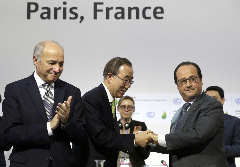 El presidente francés Francois Hollande y el secretario de la ONU Ban Ki-moon durante la última reunión de la COP 21.