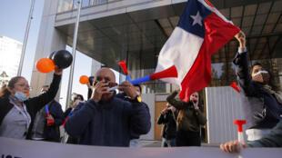 Trabajadores de la mina de cobre Escondida protestan durante una huelga frente a las oficinas de BHP Billiton, en Santiago, el 27 de mayo de 2021.