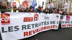 Aposentados enfrentaram o frio para se manifestar nas ruas de Paris.