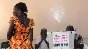 Un bureau de vote à Dakar, le 29 juin 2014.