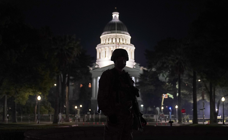Un miembro de la Guardia Nacional vigila cerca del Capitolio del estado de California en Sacramento, , el domingo 17 de enero de 2021.