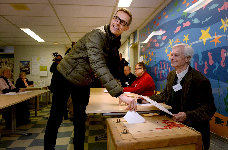 Bầu cử Quốc hội Phần Lan : Ảnh Thủ tướng Alexander Stubb bỏ phiếu ngày 19/04/2015.