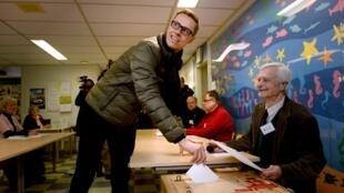 芬蘭現任總理斯圖布4月19日在投票站