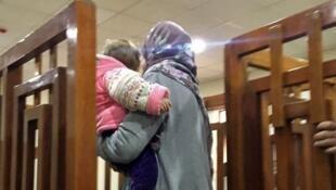 La francesa Mélina Boughedir con su hija durante su primer proceso en Bagdad, 19 de febrero de 2018.