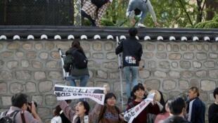 圖為中國官方網絡刊登韓國親朝示威者集體翻牆侵闖入美國駐韓大使官邸圖片