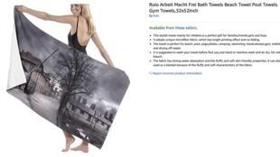 Un toallón con una imagen de Auschwitz en venta en Amazon.