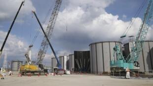 Bồn chứa nước nhiễm xạ tại khu vực nhà máy Fukushima Daiichi.