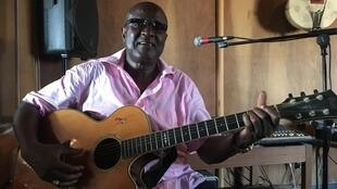A Dakar, le Sénégalais Ismaël Lo souhaite faire un concert « comme à la maison ».