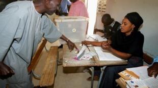 Neste domingo, senegaleses vivem o segundo turno das eleições presidenciais entre os candidatos Wade e Sall.