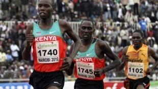 Le Kenyan Wilson Kiprop devant son compatriote Geoffroy Mutai et l'Ougandais Moses Kipsiro.