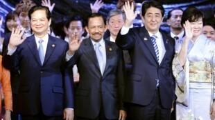 Thủ tướng Việt Nam Nguyễn Tấn Dũng (T), Sultan Brunei Hassanal Bolkiah (G) và vợ chồng Thủ tướng Nhật Bản Shinzo Abe trong dạ lễ kết thúc Thượng đỉnh Nhật Bản-ASEAN, Tokyo, 14/12/2013