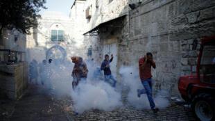 Jet de grenades assourdissantes par la police israélienne dans la Vieille Ville de Jérusalem à proximité de l'esplanade des mosquées, le 27 juillet 2017.