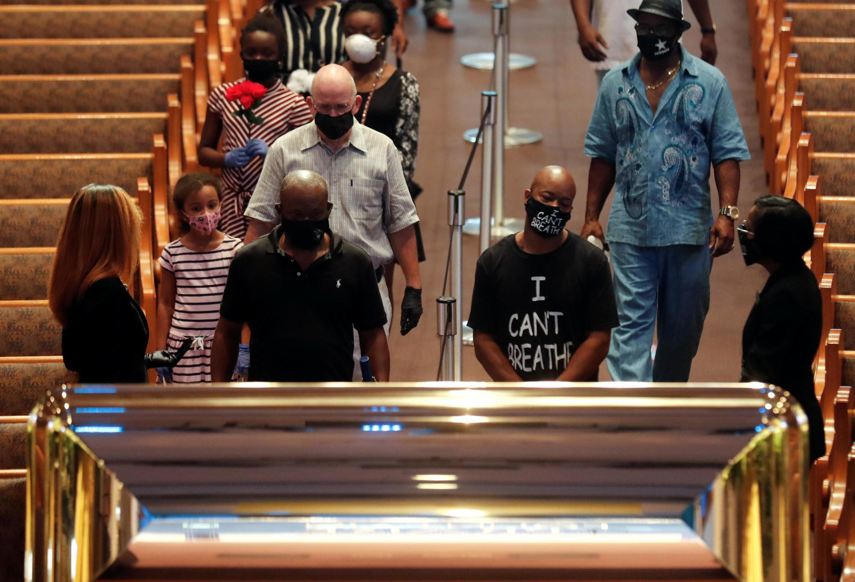 Des milliers de personnes se sont succédé lundi devant le cercueil de George Floyd, exposé dans la chapelle Fountain of Praise à Houston.