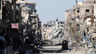 Après quatre mois de combats et de frappes aériennes, la ville de Raqqa offre un paysage de désolation, des destructions à perte de vue, des immeubles en ruines et des rues jonchées de carcasses de voitures.