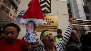 香港民主派團體敦促北京釋放中國諾貝爾和平獎得主劉曉波和妻子劉霞2013年12月25日。