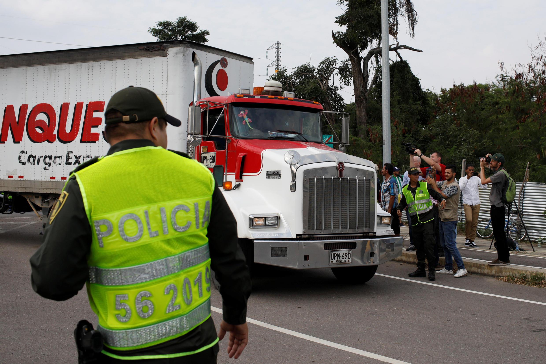 Un camion d'aide humanitaire manoeuvre aux abords du pont international de Tienditas, à Cucuta, le 7 février 2017.