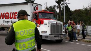 Un camion d'aide humanitaire manoeuvre aux abords du pont international de Tienditas, à Cucuta, le 7 février 2019.