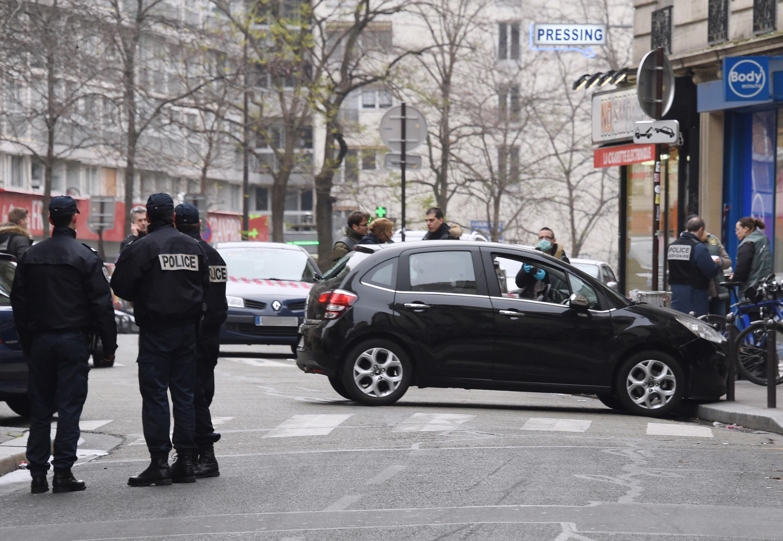 Des policiers se tiennent juste à côté de la voiture utilisée par les assaillants qui ont attaqué la rédaction de Charlie Hebdo mercredi 7 janvier 2015.