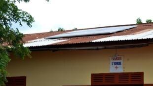 Entrée du dispensaire d'Adangbe et ses panneaux solaires sur le toit.