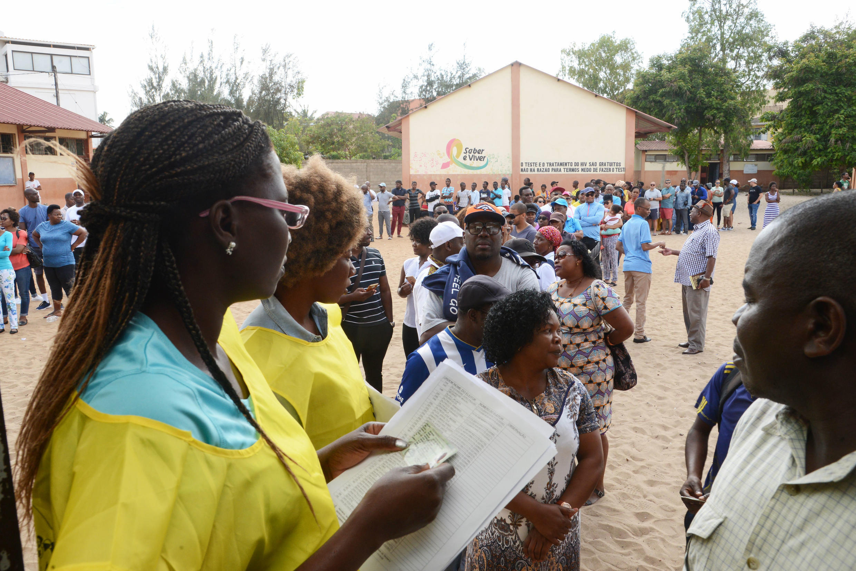 Populares aguardam pela sua vez para votar para as eleições autárquicas, em Maputo, Moçambique, 10 de outubro de 2018