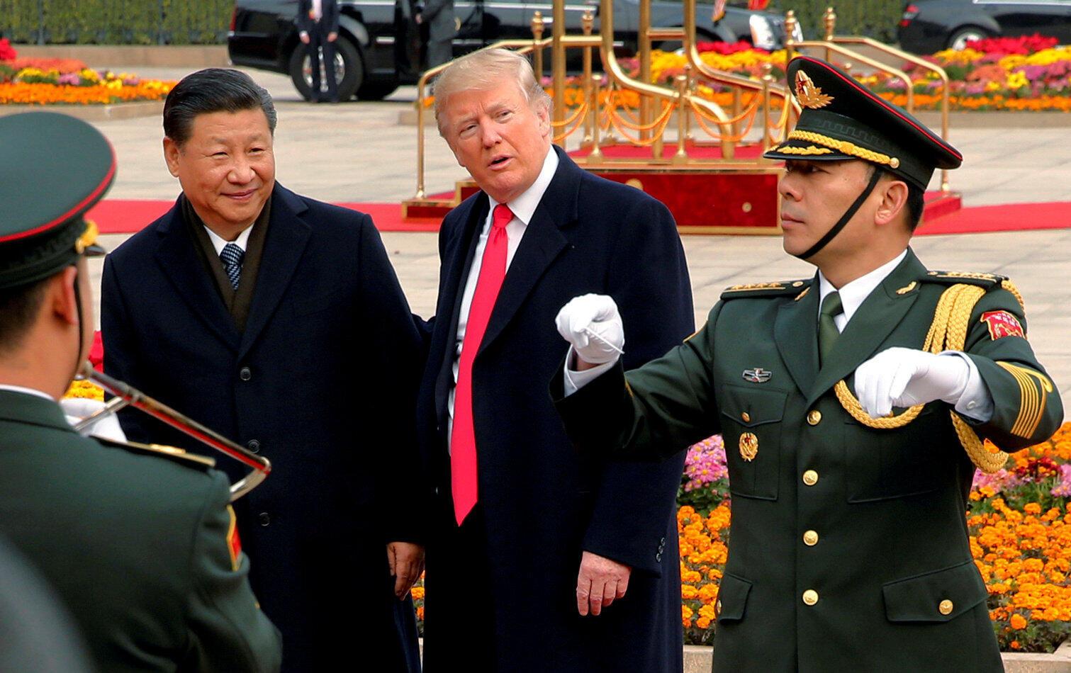 """TT Mỹ Trump(phải) được Tập Cận Bình tiếp đón """"hơn thượng khách"""" tại Bắc Kinh. Ảnh ngày 09/11/2017."""