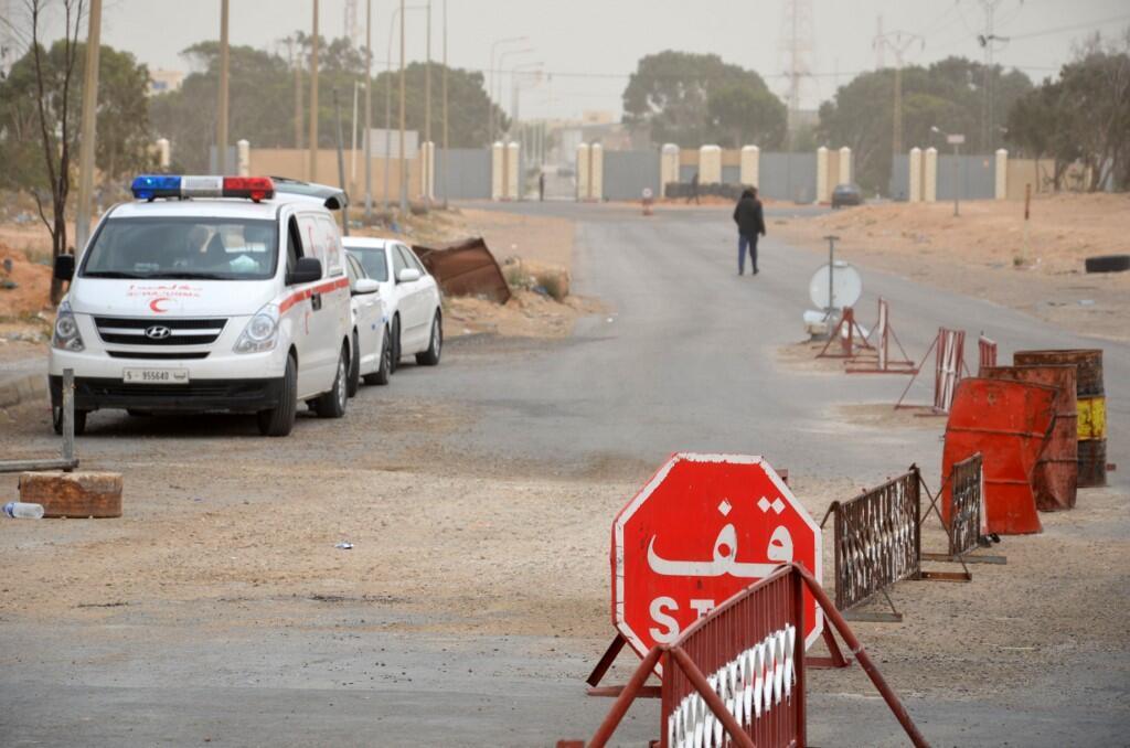 Des voitures attendent du côté tunisien de la frontière avec la Libye à Ras Jedir, le 22 mars 2016.