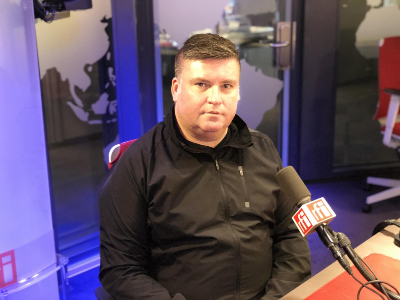 Fábio Pereira Ribeiro nos estúdios da RFI em Paris