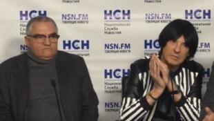 Французский музыкант Дидье Маруани (справа) и его российский адвокат Евгений Тарло на пресс-конференции в Москве 18 марта 2019
