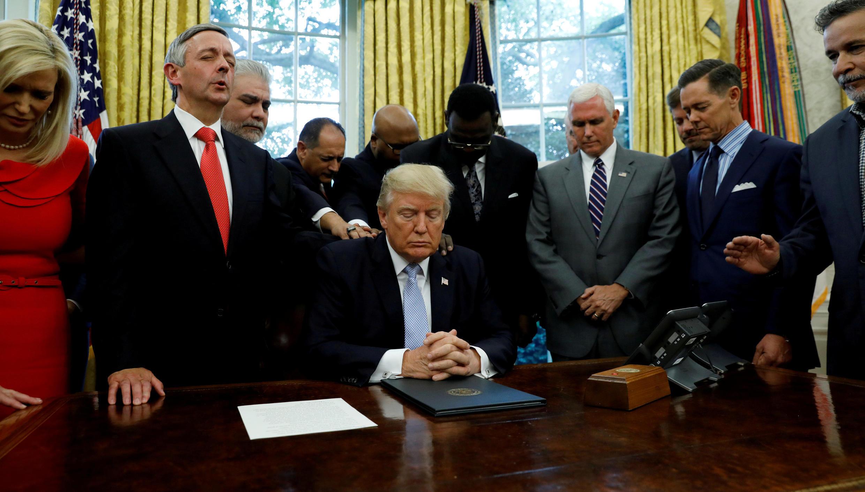 Tổng thống Trump tại Phòng Bầu Dục, Nhà Trắng ngày 01/09/2017, trong buổi lễ cầu nguyện cho nạn nhân bão Harvey.