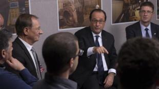 Le président François Hollande a rencontré des travailleurs d'ArcelorMittal à Florange, le 24 novembre.