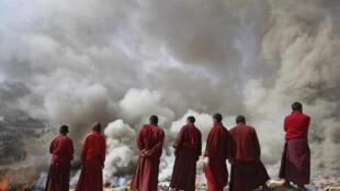 A Jiegu, le 17 avril 2010, des moines bouddhistes tibétains s'occupent de la crémation des corps des victimes du tremblement de terre.