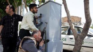 Agentes das forças de segurança iranianas durante o ataque ao Parlamento, em Teerã.